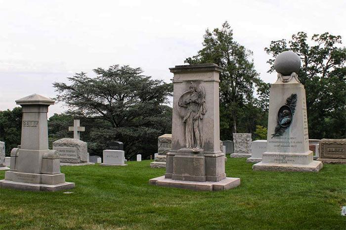 Pamyatniki so skulpturnymi izvayaniyami - Арлингтонское национальное кладбище, США